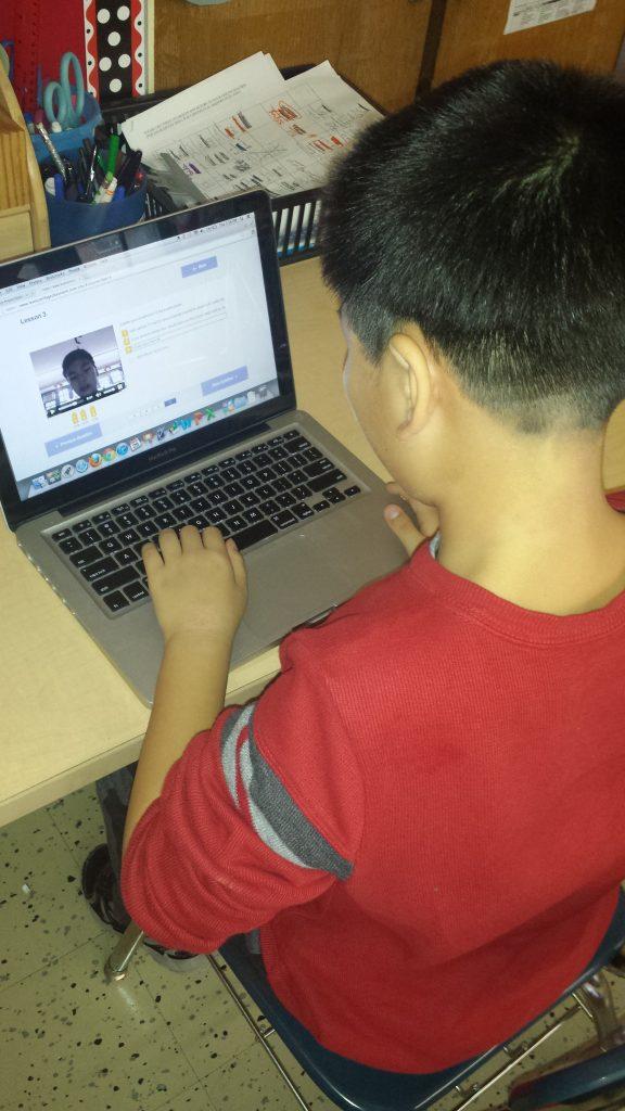 """Los alumnos de la ciudad de Nueva York y Yancheng, en China, colaboraron en cada clase intercambiando mensajes de vídeo en el curso """"Global Inventors"""" (Impresión 3D) de Level Up Village."""